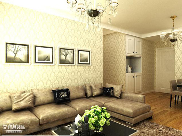 整体色调以暖色调为主,墙面采用浅黄色欧式花纹壁纸,电视背景墙以石膏图片