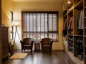具有合理的储衣安排和宽敞更衣空间的衣帽间