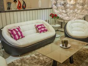 简单舒适真皮小沙发