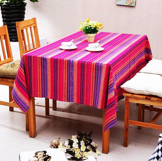 红色餐桌布图片