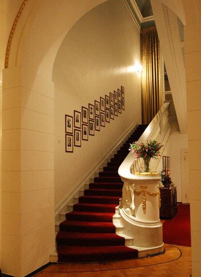 白色红色楼梯图片