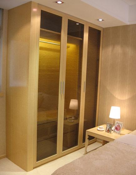 原木玻璃门衣柜效果图