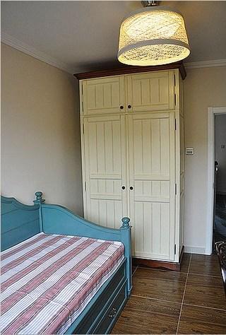 米白色地中海卧室衣柜效果图