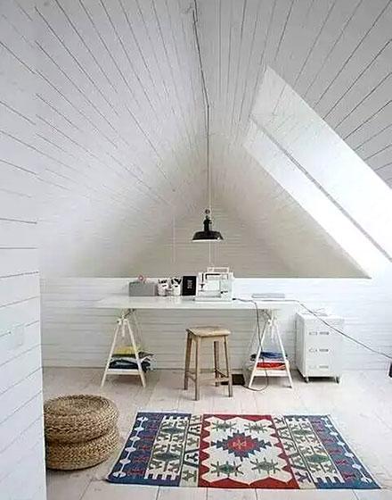 极简白色阁楼工作区