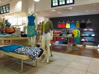女性服装店店铺设计图片