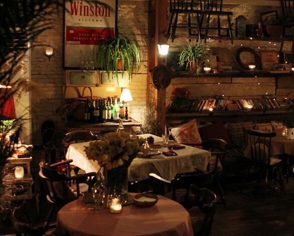 复古咖啡厅橱窗装饰室内图片