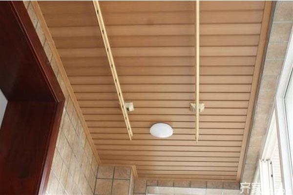 生态木天花吊顶与普通吊顶的区别 普通的集成吊顶一般是由铝塑板、玻璃板等产品分使用场所选定,优势就是整洁、鲜亮、选择性大。劣势就是工业气息严重,市场竞争恶劣,产品加工过程有污染,工业废料多。 而生态木是一种环保节能型新型材料,颜色种类丰富,而且产品加工过程无污染,80%的是木粉生产加工而成,木质感极强,是现代生活追求自然的首选产品,而且本产品没有甲醛,防火等级达到B1级,安全系数高,防水防潮不发霉,同时可以在卫生间、浴室等地使用,室内装修通用性强。另外产品造型设计多种多样,公共场所使用更加上档次。 综上所
