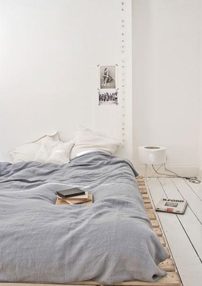简洁卧室垫仓板图片