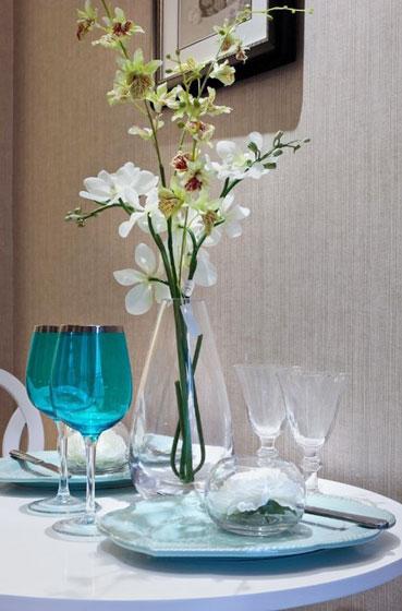 圆形餐桌杯具图片