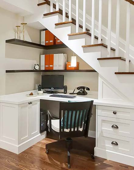 楼梯下的转角书桌设计