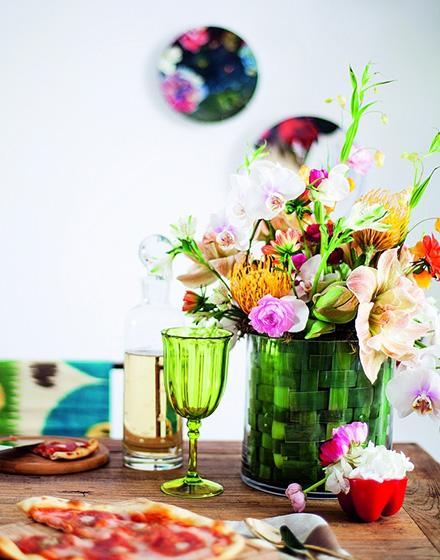 时尚餐厅桌布花卉摆件图