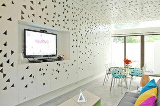 现代简约白色镜面餐厅背景墙装修设计