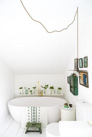 清新简欧风阁楼卫生间浴缸设计