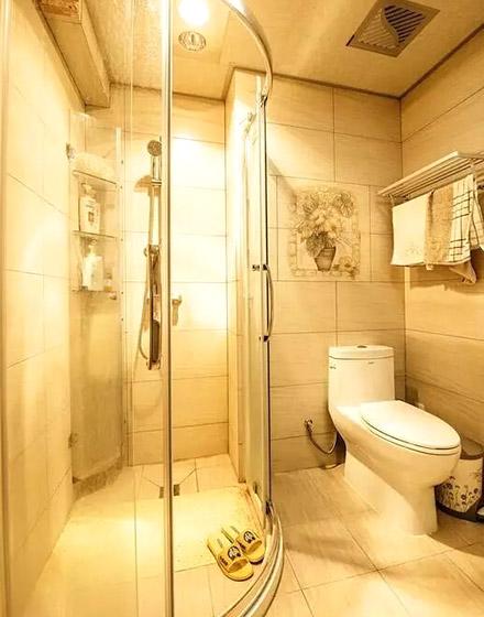暖黄调简美式卫生间效果图