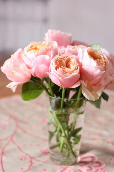 可爱粉色餐桌花卉布置装修图
