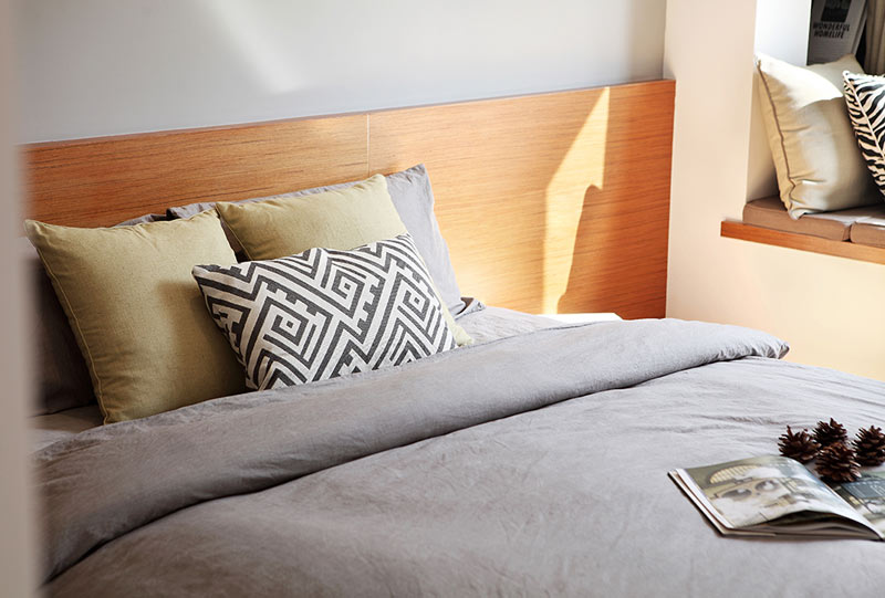 142平新中式古朴卧室床头效果图片