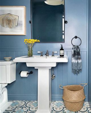 北欧风卫生间蓝色背景墙设计