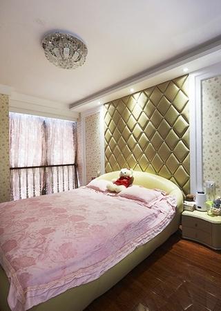 简欧风卧室菱形软包背景墙设计