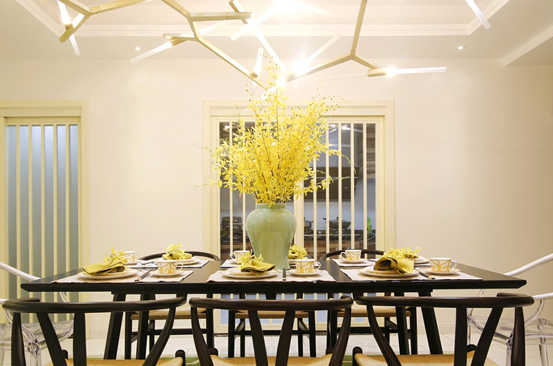 200平混搭小复式餐厅花卉摆放图