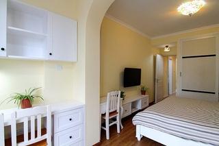 60平小户型装修温馨卧室摆放图
