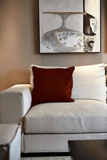 舒适简约风布艺沙发 抽象画装饰图