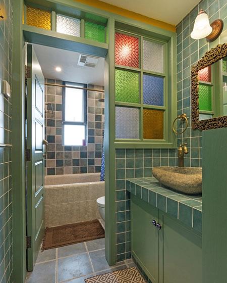 复古田园风卫生间彩色窗户设计