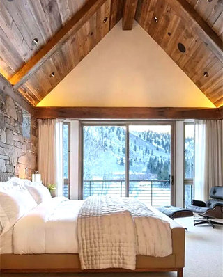 阁楼卧室木质吊顶装潢图