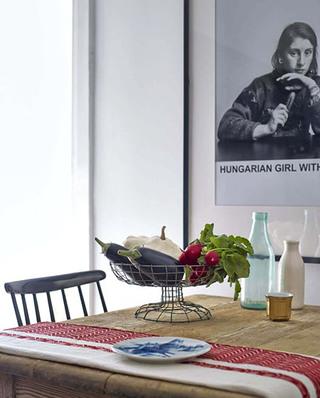 北欧风格公寓木质餐桌图片