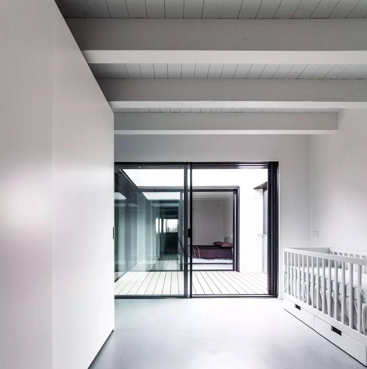 落地玻璃窗使得卧室与卧室之间相互对望,通过落地窗帘的遮蔽保持卧室