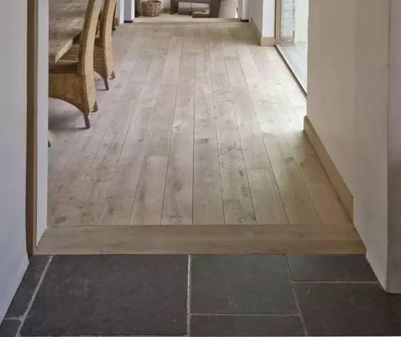 木地板和瓷砖直拼,其中门洞用横过来的地板