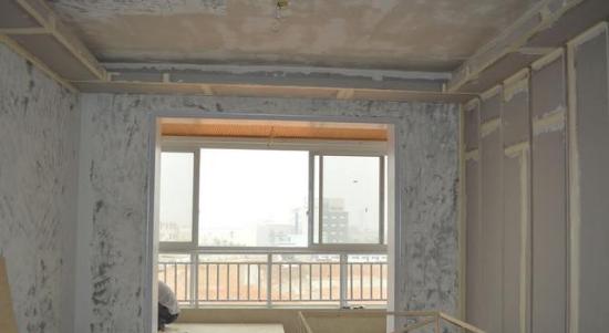 很多人对于榻榻米可谓情有独钟。榻榻米一般设在客厅、卧室。阳台也是一处设计榻榻米的好地方,尤其在冬季,在榻榻米上享受温暖的阳光,再惬意不过了。那阳台的榻榻米要如何设计呢?今天我们一起来看看! 一.注意防水和排水 由于榻榻米是使用木质元素打造而成的,所以特别需要注意防水,以免出现榻榻米腐烂的现象。在安装之前,一定要对阳台做好防水处理。  二.榻榻米地台高度、面积 榻榻米地台的高度一般有10cm、 15cm、20cm、25cm、30cm、35cm、40cm、45cm,一般情况下不会超过50cm。由于阳台顶部比较