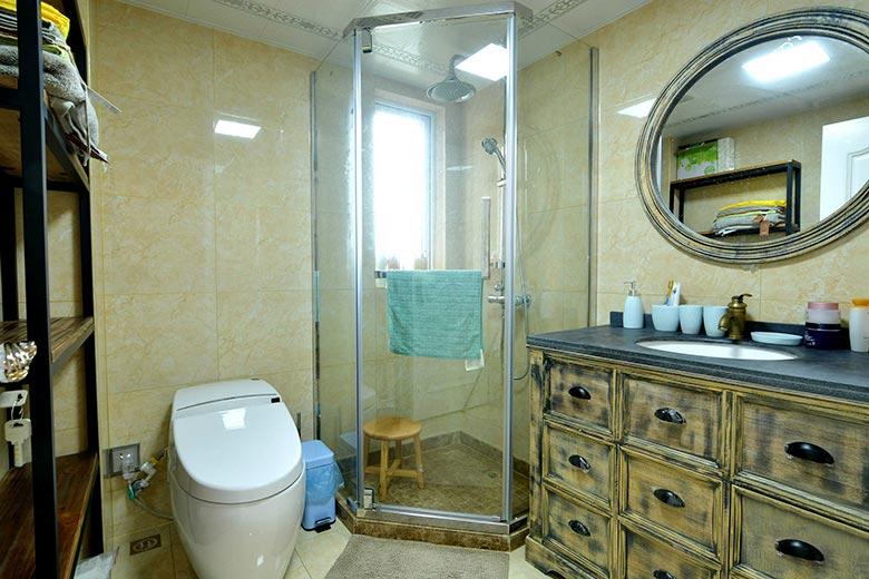 简美式卫生间 不规则淋浴房设计