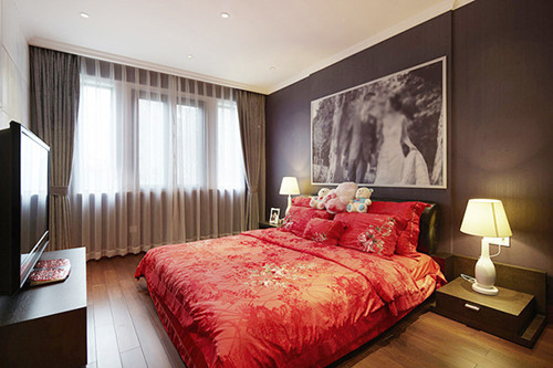 卧室床头摆放大幅婚纱照,客厅可以贴上照片墙,进门玄关处也可以摆放一