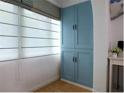 在合适的位置安装些柜子,不仅装饰了阳台,还充分利用了阳台的空间,给图片