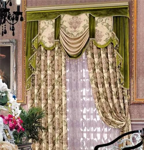 黄色的面料与欧式味道的花纹相搭配,充满了节奏与韵味,绿色的帘头