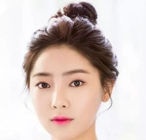这款发型中带空气感的刘海能很好的修饰出小巧的脸型,再搭配上靓丽的图片