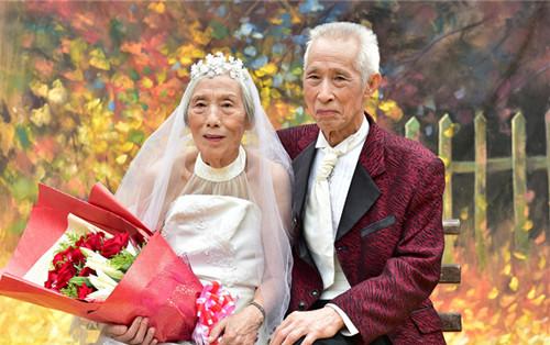 拍婚纱照大概多少钱_金婚婚纱照多少钱 老人拍婚纱照的注意事项