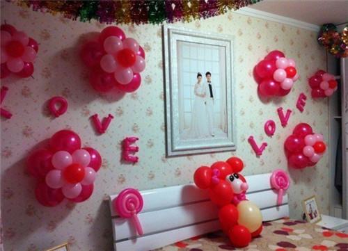 婚纱照,抱枕,气球等也是婚房布置时常见的装饰物,再添置一些个性小