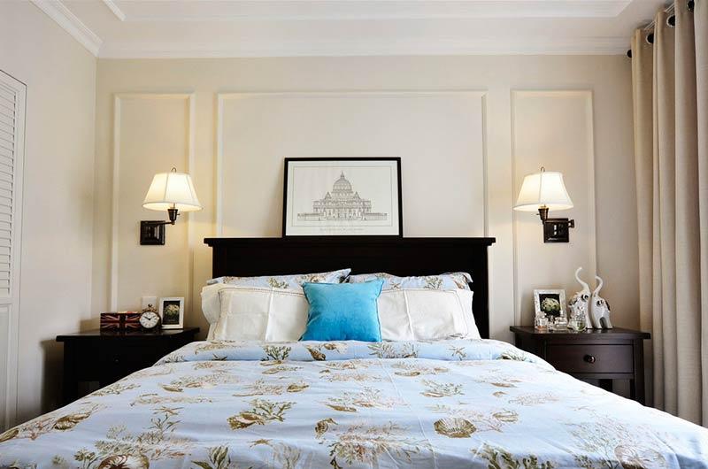 124平美式三房装修卧室壁灯设计