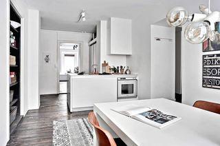 72平单身公寓装修白色餐桌图片