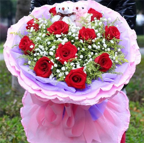 一般用粉色玫瑰来表达,象征粉色的幸福,花朵里隐藏着可爱的小猪,洋溢