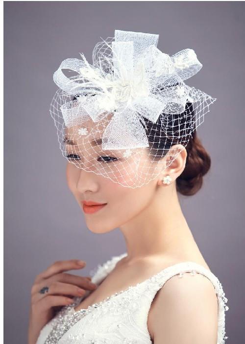 新娘头饰制作视频_新娘都喜欢简单大方的婚纱款式,选择这种款式的婚纱可以很好的头饰做