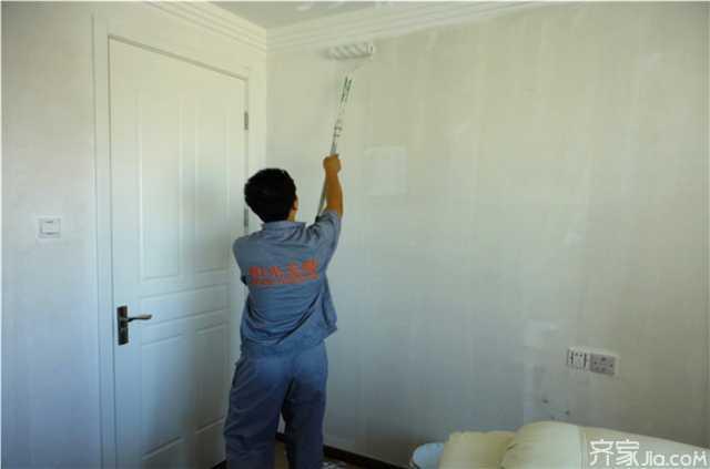 做好的木柜,隔板等家具要用报纸将其封起,以免被油漆滴落弄脏家具.