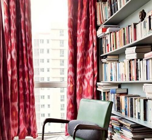 型的话,不妨在墙上钉几几块隔板,作为简易的书架,这样既节省了大