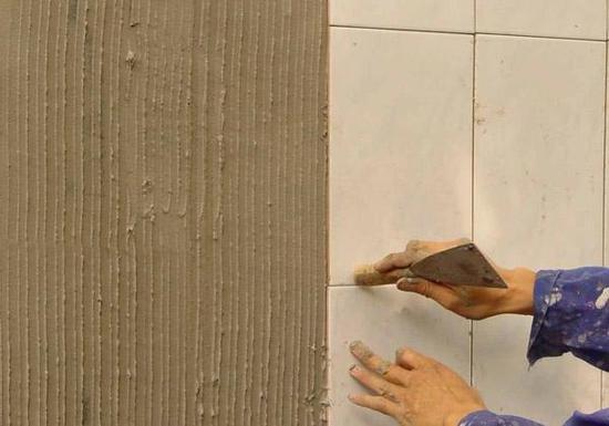 贴砖时用瓷砖胶好还是水泥好?