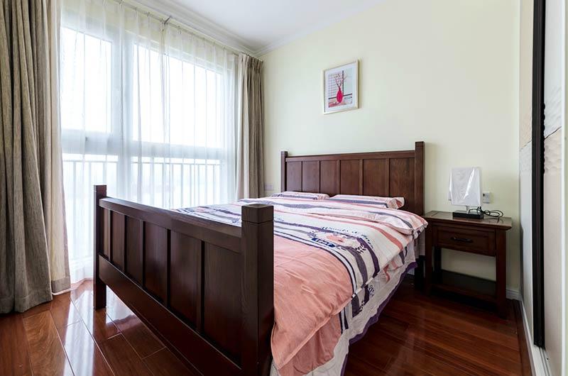 135平美式三居室实木床图片