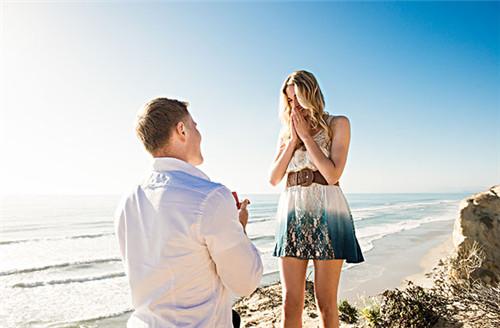 资讯 婚庆百科 求婚订婚 正文  在海边,当日暮西沉时,与她牵手漫步在