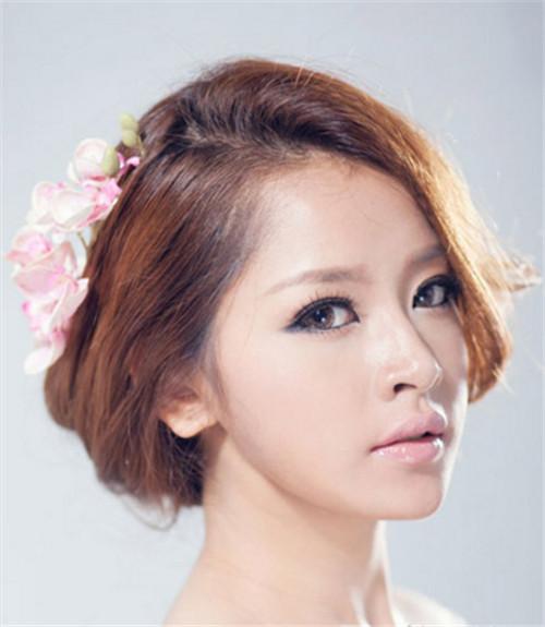 唯美指数:★★★★★ 这款新娘造型非常的简单,只将头发蓬松盘起,在图片