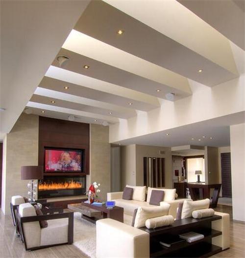 在这款有梁客厅吊顶装修中,客厅横梁给人带来的是立体的空间视觉效果
