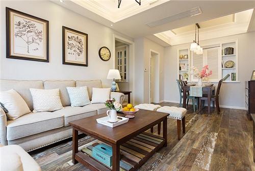 木地板给人一种简洁,大气的感觉,沙发背景墙上精美的装饰画和餐桌上美